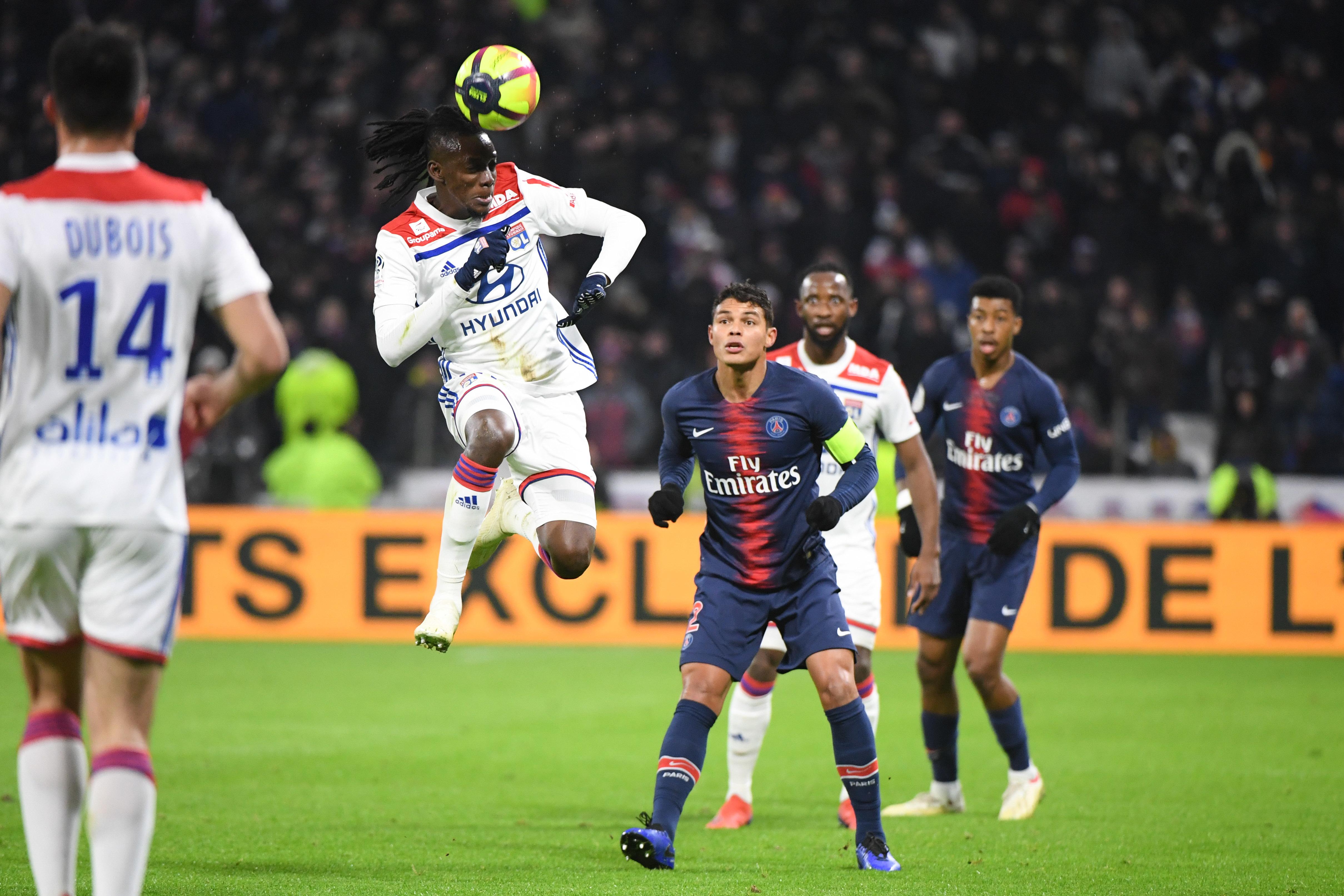 Bertrand Traoré devance Thiago Silva de la tête, lors de OL-PSG, en février dernier (2-1) (Anthony Dibon/Icon Sport)